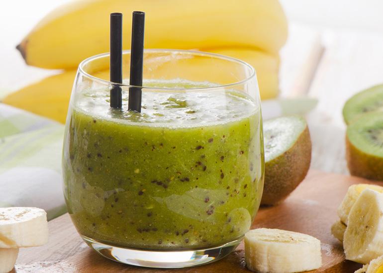 Faire un nectar kiwi-banane avec un extracteur de jus vertical